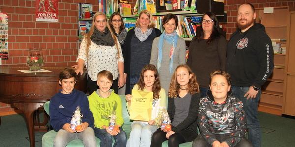 Die Jury und ihre Mitschüler gratulierten Miriam Schäfer (Bildmitte mit Urkunde) zum Sieg im Vorlesewettbewerb