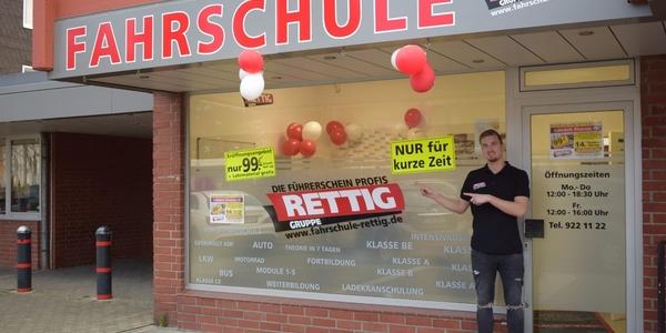 Alex Schumacher betreut in Lülsdorf die Führerscheinanwärter der Fahrschule Rettig - eine der größten Fahrschulen Deutschlands