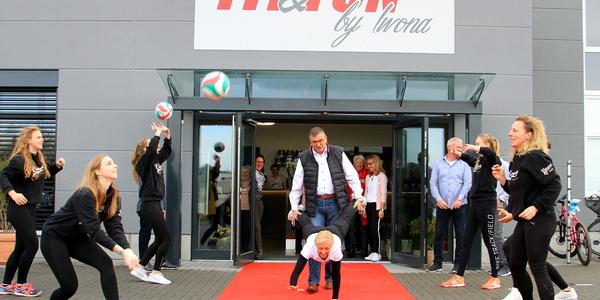 Während die LüRa-Volleyballerinnen die Bälle pritschten, drehte Iwona gemeinsam mit BM Vehreschild eine ungewöhnliche Fitnessrunde vor der Türe