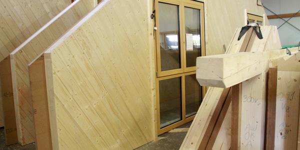 Fertige Holzelemente vor der Auslieferung zur Baustelle