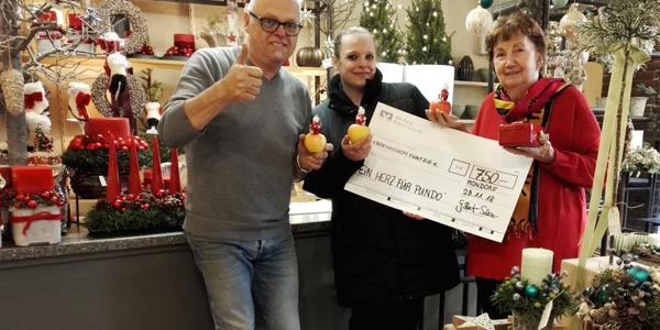 Gilbert und Melanie Salz überreichen Gisela Schmitz den Spendenscheck