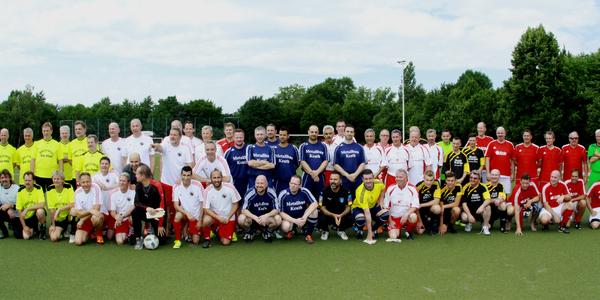 Die teilnehmenden Mannschaften vor Beginn des Turniers
