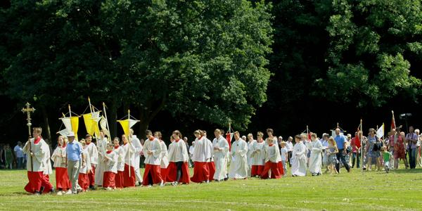 Die Prozession auf dem Weg zur Festwiese