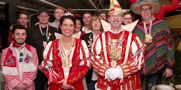 Ein schönes Bild: Markus Jonas und die Belegschaft der Gartenbaufirma mit dem Ranzeler Prinzenpaar