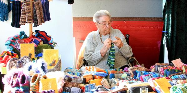 Strickwaren in allen Formen und Farben wurden vor Ort hergestellt