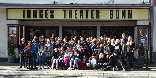 Die Klassen 7a und 7b des Kopernikus-Gymnasiums vor dem Jungen Theater Bonn