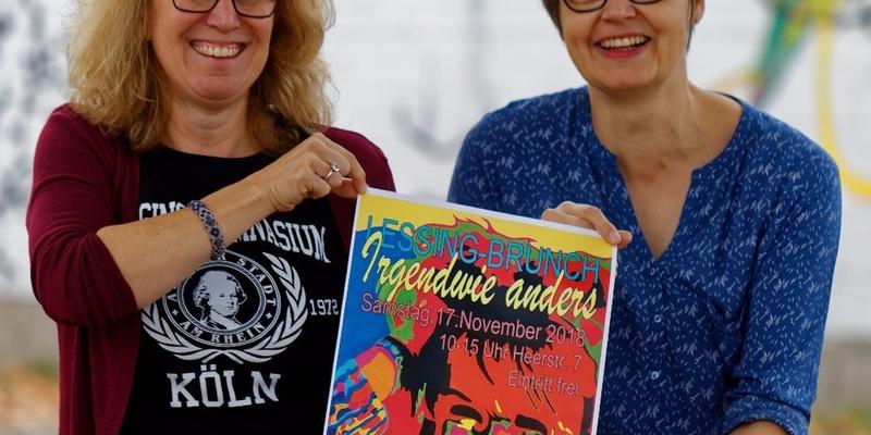 Schulleiterin Andrea Meinecke und die Vorsitzende des Lessing-Fördervereins Doris Malfeld mit dem diesjährigen Veranstaltungsplakat.