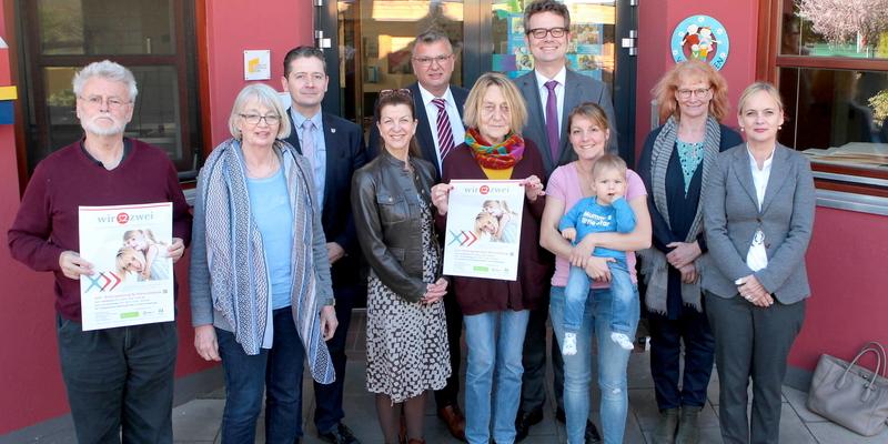 Bürgermeister Stephan Vehreschild und Standortleiter Dr. Arndt Selbach informierten sich im Familienzentrum Willy-Brandt-Platz
