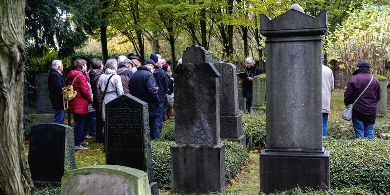 Die Teilnehmer/innen auf dem Jüdischen Friedhof  Foto. Sebastian Wessel
