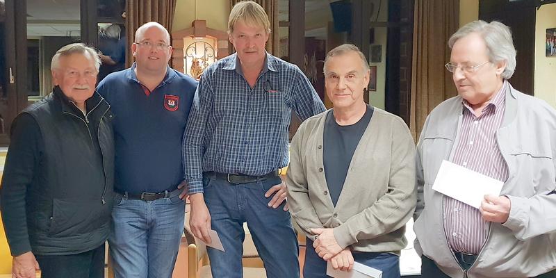 Turnierleiter Klaus Poggenpohl (2.v.l.) mit (v.l.) Hans-Jürgen Friese, Franz Pabst, Heinz Weiser und Paul Balg
