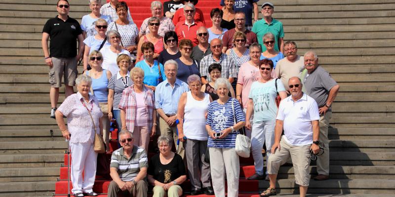 Die Reisegruppe vor dem Konzerthaus