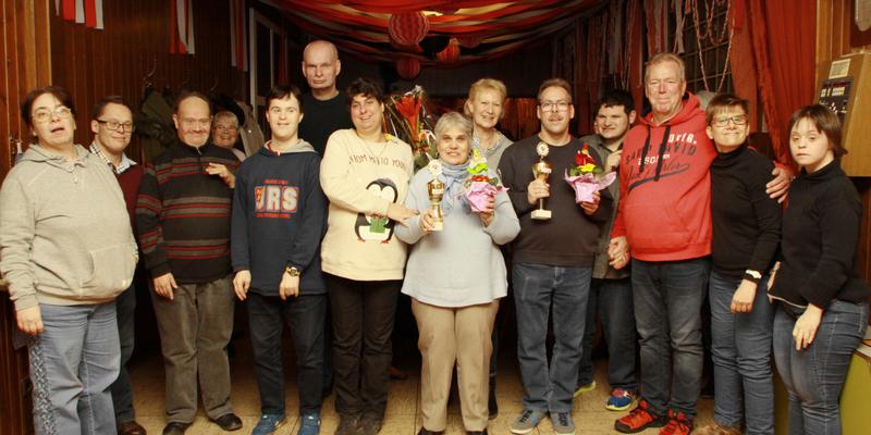 Die Freizeitgruppe mit Gewinner/in und ihren Gastgebern