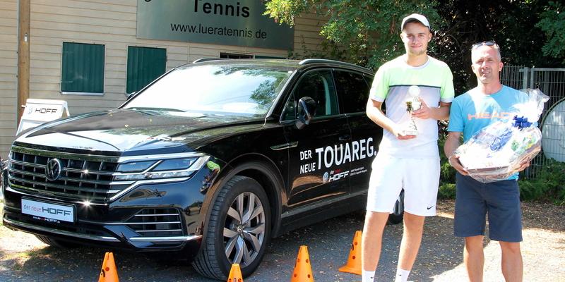 Trainer und Organisator Martin Petrovic mit dem Sieger der LüRa Tennis-Open Tim Loosen