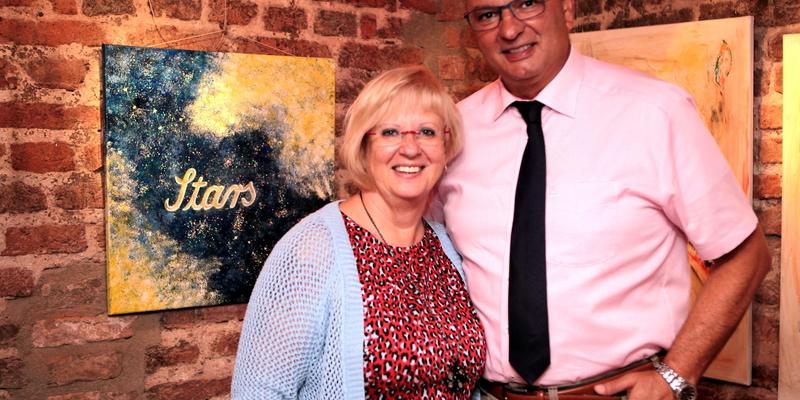 Bürgermeister Stephan Vehreschild ließ sich von Michaela Neumann gerne durch die Ausstellung führen