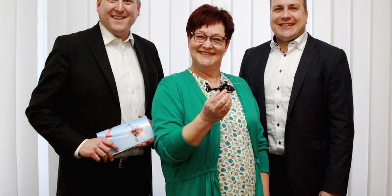 Holger Adenheuer, Silvia Impekoven und Andreas Lülsdorf (von links nach rechts) während der Gratulation der Gewinnerin