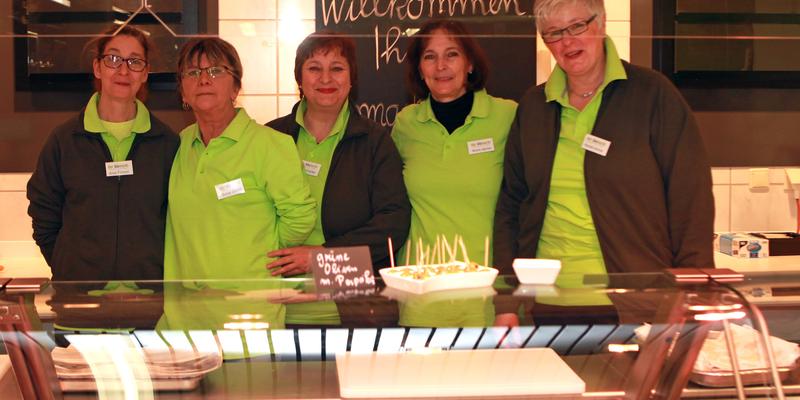 """Mit einem """"Herzlich Willkommen"""" begrüßte das Team an der Fleisch- und Käsetheke seine Kunden"""