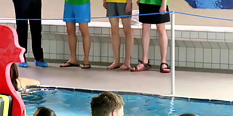 BM Stephan Vehreschild unterstützte das Spendenschwimmen mit einer Spende