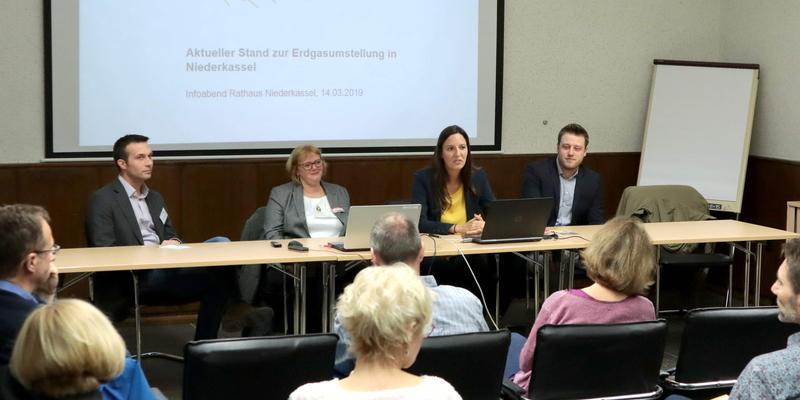 Thorsten Schmidt, Petra Grebing, Julia Schade und Steffen Hombach (v.l.) erklärten den Bürgern den Ablaufplan der Erdgasumstellung