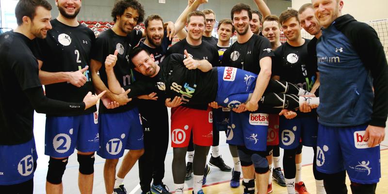 Sebastian Voss wird von Mitspielern und Trainer gefeiert