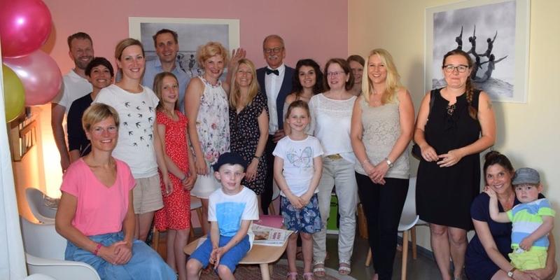 Sie passten nicht alle auf das Bild, aber sie waren alle eingeladen: Freunde, Familie, Kollegen und Bekannte