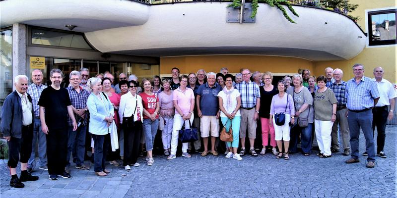 Die Reisegruppe vor dem Hotel