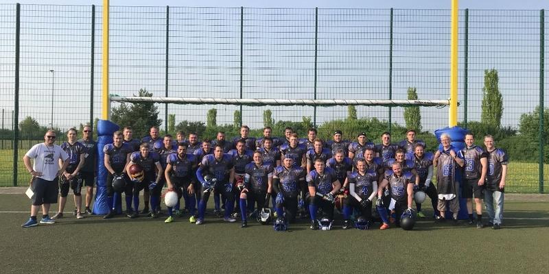 Hochmotiviert und nach einem Jahr Mannschaftsaufbau durch Timo Schulze nun bei ihrem ersten Ligaspiel: die Football-Mannschaft Rheidter Black Ravens