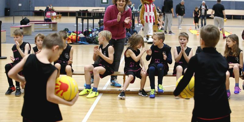 Mit Unterstützung der Mitschüler/innen sowie der Lehrerin absolvierten die Schüler der Grundschule Niederkassel ihre Übungseinheiten im Telekom-Dome