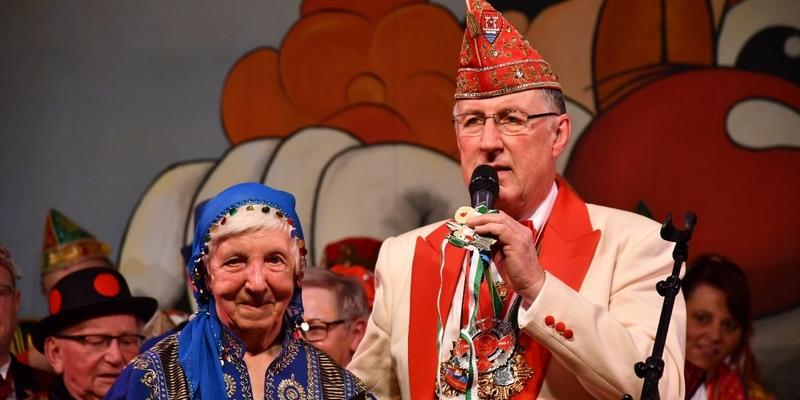 Theo Fritzen zeichnet Efi Ostrowski aus. Sie singt seit 70 Jahren im Pfarr-Cäcilien-Chor der Pfarreiengemeinschaft Siegmündung