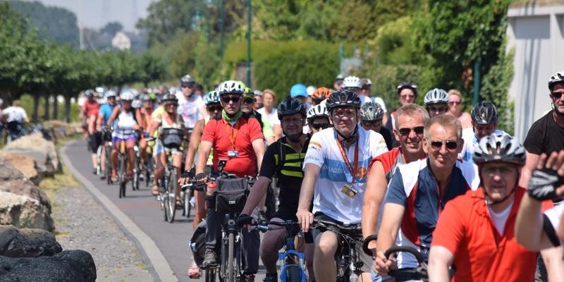 Die zweite Gruppe der NRW-Radler kommt in Mondorf an. Christoph Brüske sprach von insgesamt 1.400 Radfahrern