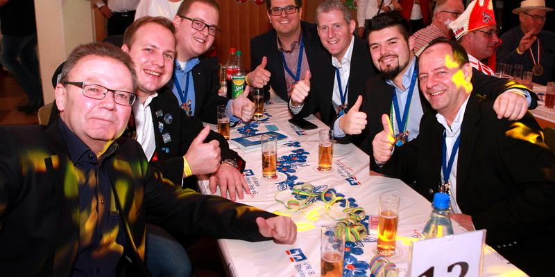 Herrensitzung in Blau und Gelb