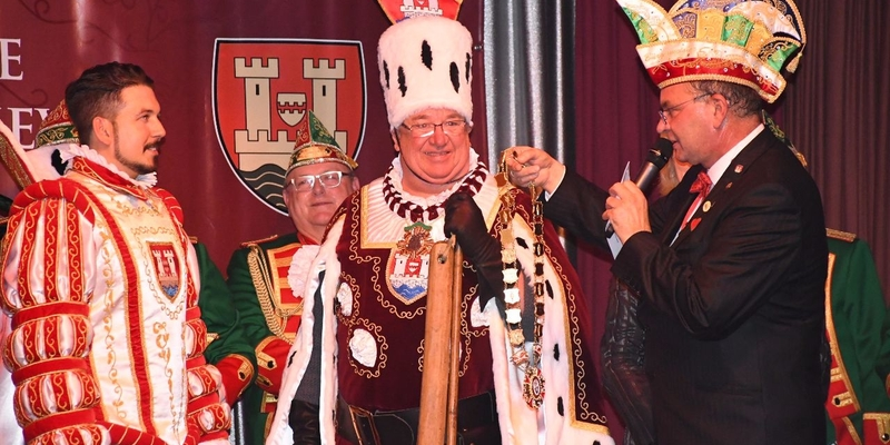 Bürgermeister Stephan Vehreschild überreicht die Amtskette an Prinz Andreas, der somit proklamiert ist