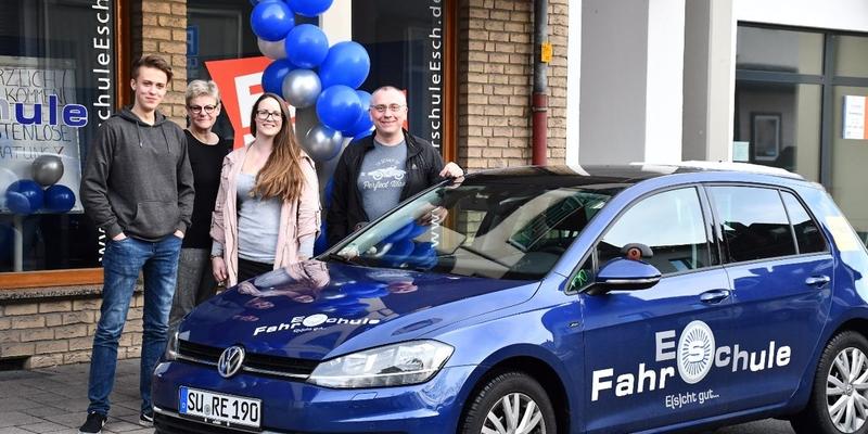 Das Team der Fahrschule Esch (v.li.): Florian und Marion arbeiten im Büro, daneben die Fahrlehrer Jenny und Rainer. Fahrlehrer Christian fehlt auf dem Bild