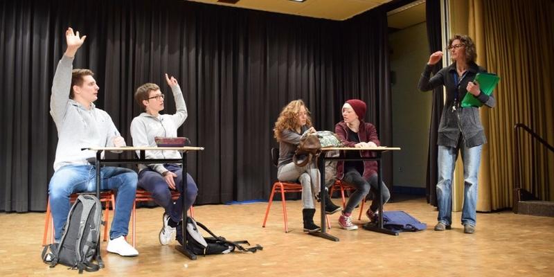 Vier Schauspieler und die Regisseurin, hier als Lehrerin, stellen die Problematik des Mobbens in der Schule dar. Inszene ist ein Forumtheater, welches die Lösungsvorschläge des Publikums spontan auf der Bühne umsetzt