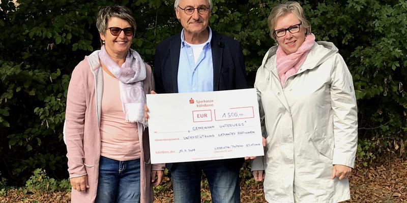 Inge Bernhard, Michael Fuchs und Angelika Odenthal (von links nach rechts) bei Übergabe des Schecks