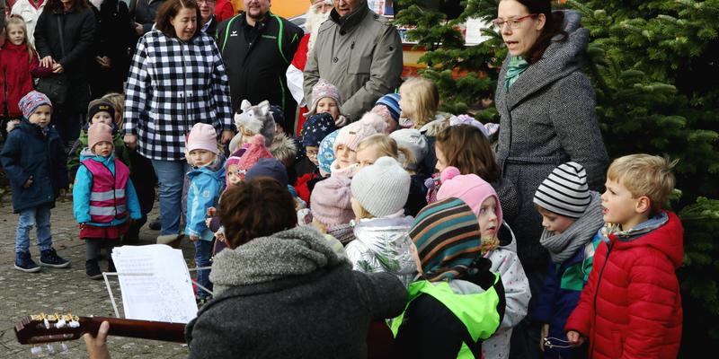 Kinderstimmen sangen zur Eröffnung