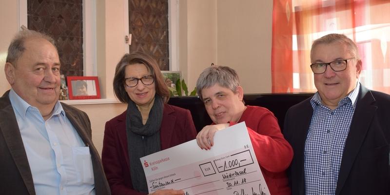 Der zweite Scheck wurde an Sozialpädagogin Dr. Helene Müller-Speer (2. v. li.) und Ute Stock vom Bewohnerbeirat im Haus Hildegard überreicht