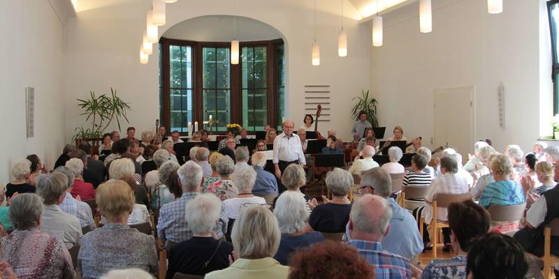 Viel Applaus gab es von den Besuchern für Dirigent Richard Neff und sein Orchester