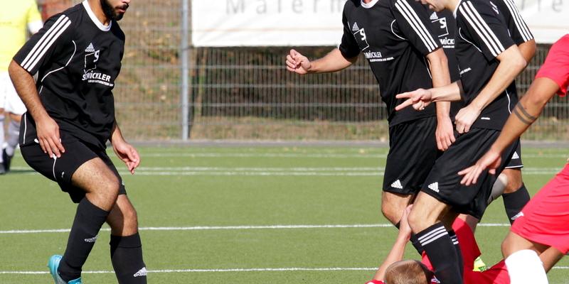 Böse unter die Räder kam die Zweitvertretung des 1. FC Niederkassel (rote Trikots)