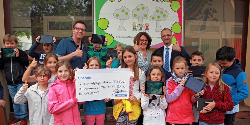 Einen Scheck über 1500 Euro zur Förderung der medialen Ausstattung überreichte P. Mientus an M. Hinkel und M. Kuhlemann (v.r.) und die Schüler der Drei-Linden-Schule Ranzel