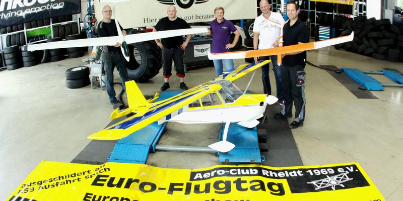Gruppenbild mit Modellflugzeugen: Guido Ohligschläger, Thomas Seith, Harald Schubert, Sascha Wilhelms und Michael Schönenborn (von links nach rechts)