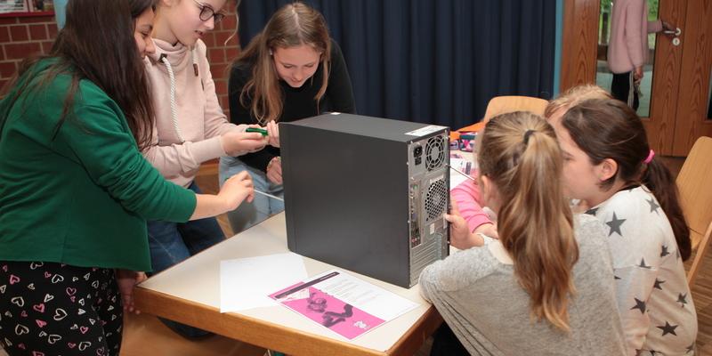 Die Schülerinnen sahen sich das Innenleben eines PC an