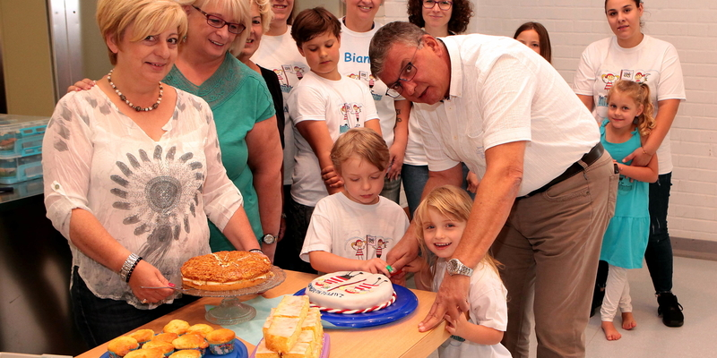 "Bürgermeister Stephan Vehreschild schnitt die Torte beim Familienfest der ""Luftschlosspiraten"" an"