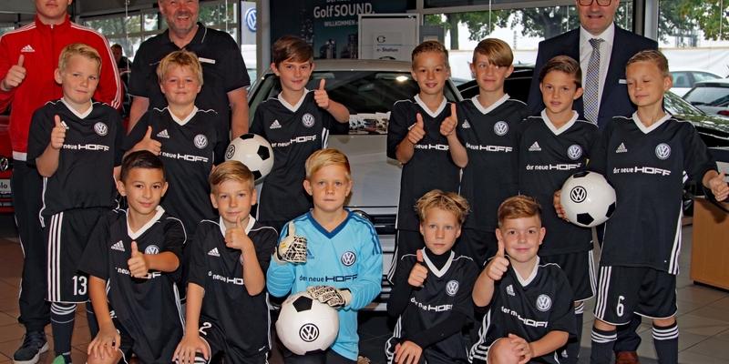 Die E4-Fußballer des 1. FCN mit R. Hinz und Trainer Max Hilger