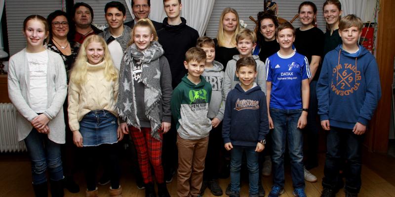 Die zu ehrenden Sportler mit Detlev Frey, Dagmar Helding und den Trainer/innen Paula und Hannah Menrath sowie Norbert Dzialas
