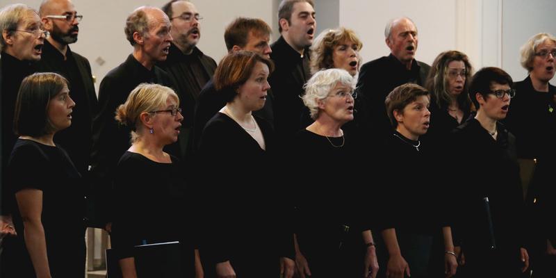 Der Chor während seiner Darbietung. Pfarrer René Stockhausen 2. Sänger von rechts
