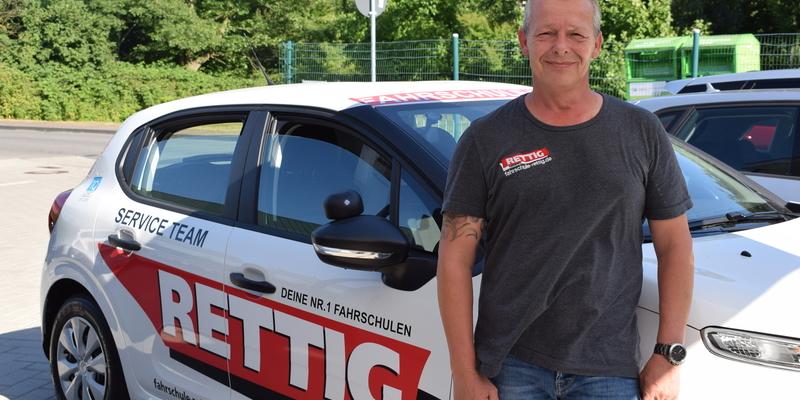 Fahrlehrer Dirk Weidemann kennt sich aus. Mit den relevanten Gesetzen und mit Menschen, die den Führerschein bei ihm machen