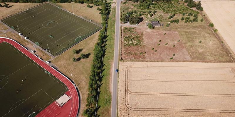 Die Südstraße wird, an den Sportplätzen vorbeigeführt, bis zur neuen L269n Süd ausgebaut