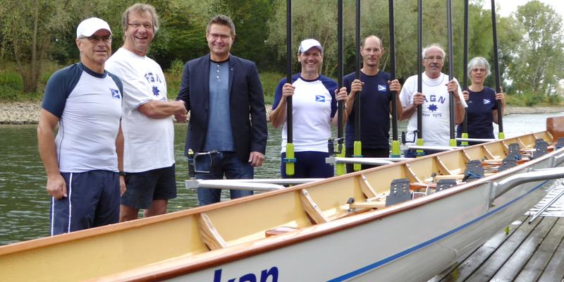 """Das Ruderboot """"Orkan"""" mit Gregor Franken und dem Vorstand des RGN"""