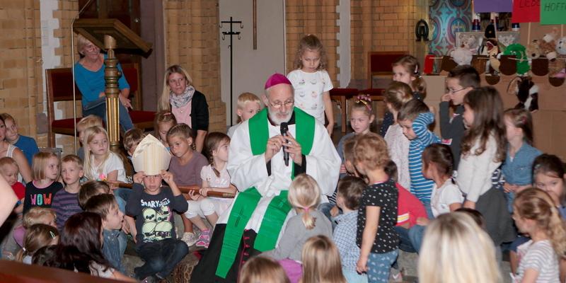 Weihbischof A. Puff mit den Kita-Kids während der Familienmesse