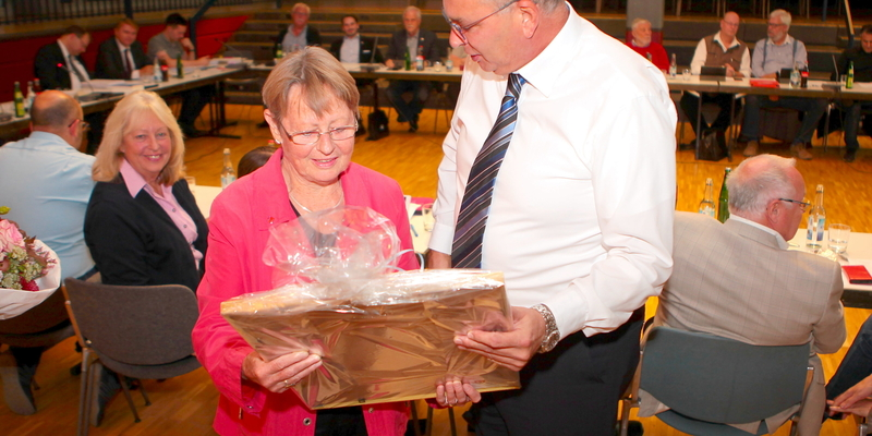 BM Vehreschild verabschiedete Ilse Mutke mit Blumen und einem Bild der Stadt